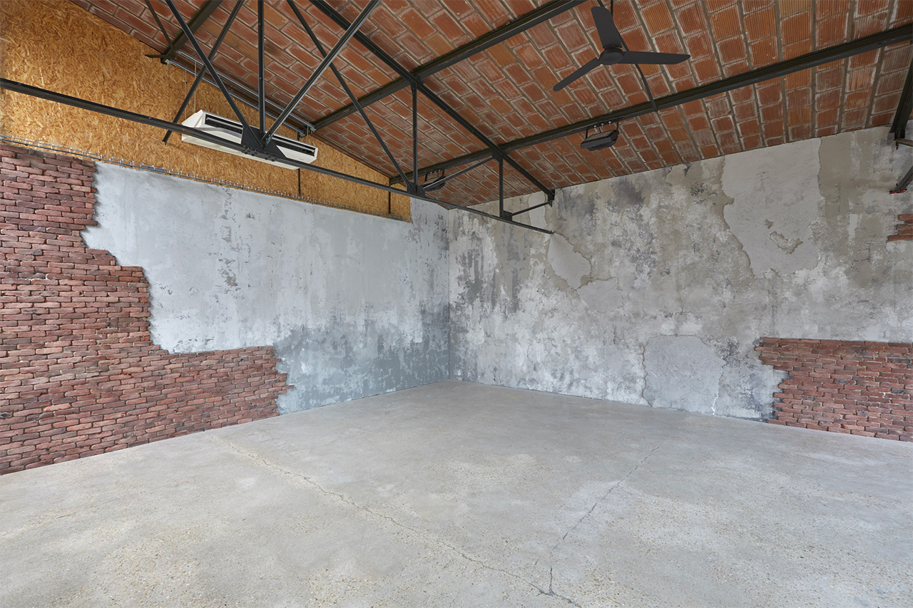 Studio Rouchon plateau 7 Mur béton défraichi et briques